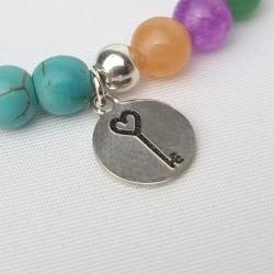 Pulsera abrecaminos medalla llave corazón en plata de ley y minerales de turquesa.